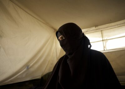 Chadidschah inside her tent. While her husband fought for the Islamic State, she claims to be innocent. Hammam al-Ali, 2018.